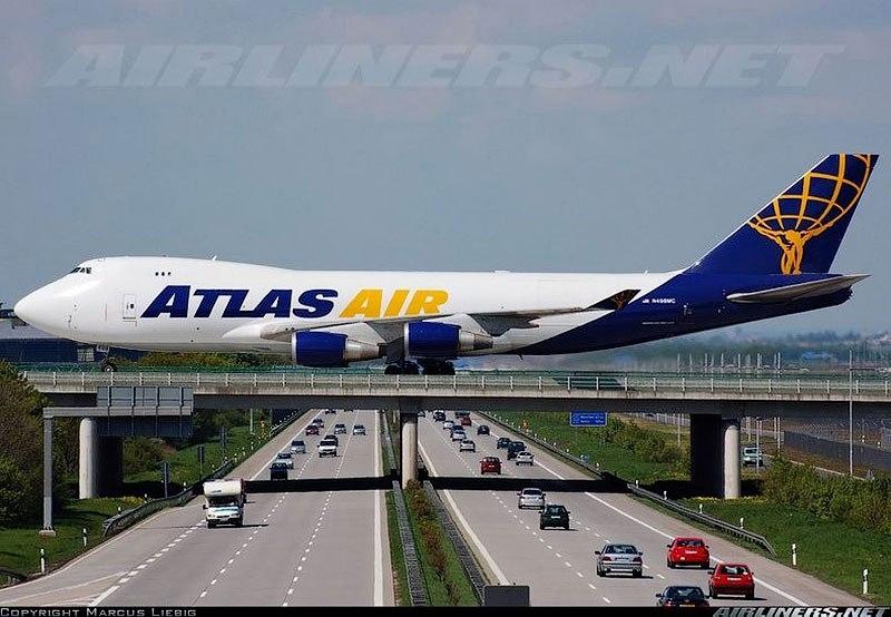 Самолеты, взлетающие над дорогами