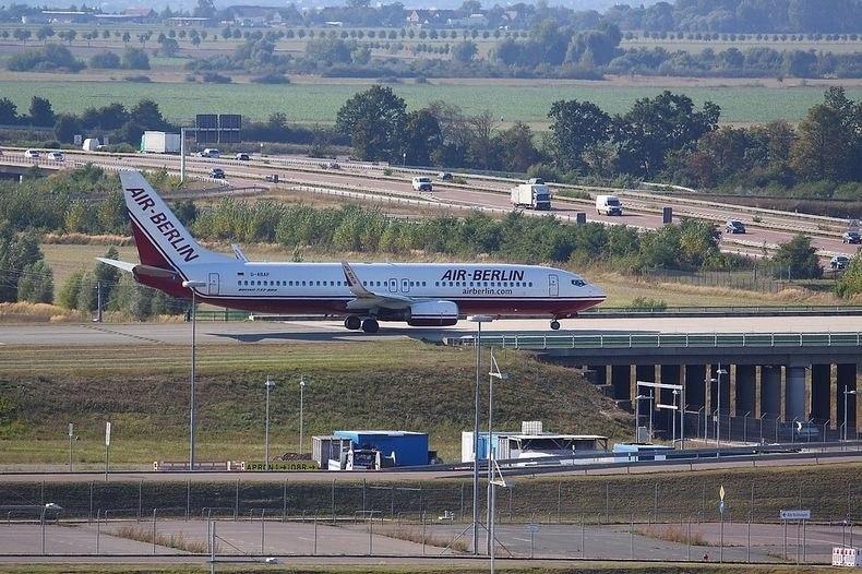 Самолеты над дорогой